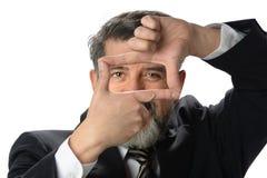 Hispanischer Geschäftsmann Creating Frame mit den Händen Lizenzfreie Stockfotos