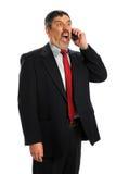 Hispanischer Geschäftsmann, der im Telefon schreit Stockfoto