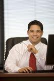 Hispanischer Geschäftsmann im Büro Stockfoto