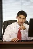Hispanischer Geschäftsmann im Büro Lizenzfreie Stockfotos