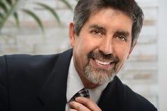 Hispanischer Geschäftsmann im Büro lizenzfreies stockbild