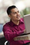 Hispanischer Geschäftsmann - Kaffee-Laptop-Funktion Stockbild