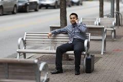 Hispanischer Geschäftsmann - plaudernd am Handy Lizenzfreie Stockbilder