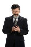 Hispanischer Geschäftsmann unter Verwendung des Mobiltelefons Stockfoto