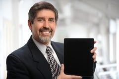 Hispanischer Geschäftsmann Using Electronic Tablet Stockbild