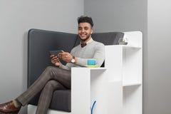 Hispanischer Geschäftsmann, der Tablet-Computer-Geschäftsmann-In Coworking Center-Café verwendet Stockbilder