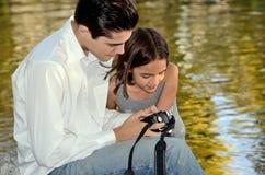 Hispanischer Jugendlicher zeigt seiner Schwester Kamera Stockfoto