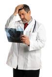 Hispanischer männlicher Doktor Looking am Röntgenstrahl Lizenzfreie Stockfotos