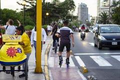 Hispanischer Mann auf Rollschuhen an Malecon De-La Costa Verde stockfotografie