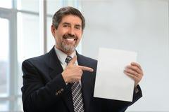 Hispanischer Mann, der auf leeres Zeichen zeigt Lizenzfreie Stockbilder