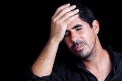 Hispanischer Mann, der gesorgt wird oder Kopfschmerzen gehabt ist lizenzfreies stockbild