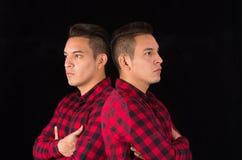 Hispanischer Mann, der rotes schwarzes quadratisches Hemd von trägt Stockfoto