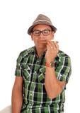 Hispanischer Mann, der seine Zigarre genießt Stockfoto