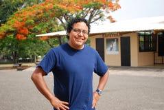 Hispanischer Mann in einem tropischen Standort stockbild