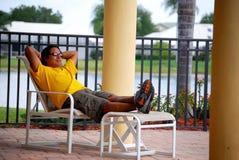 Hispanischer Mann entspannt sich durch das Pool lizenzfreie stockfotos