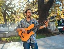 Hispanischer Mann mit der Gitarre auf dem Fest Lizenzfreies Stockfoto