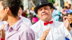 Hispanischer Mann mit weißem Hemd und rotem Bindungs-Tanzen auf der Straße Stockbild
