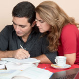 Hispanischer Mann und Frau, die zu Hause studiert Lizenzfreies Stockbild