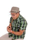 Hispanischer Mannblitz seine Zigarre Stockfotografie