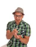 Hispanischer Mannversuch, zum seiner Zigarre zu beleuchten Stockfotos