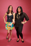 Hispanischer und indischer Mädchenarm im Arm Stockfotografie