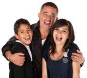 Hispanischer Vater, der Kinder umarmt Lizenzfreie Stockfotos