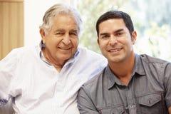 Hispanischer Vater- und Erwachsensohn stockfoto
