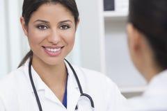 Hispanischer weiblicher Frauen-Krankenhaus-Doktor in der Sitzung stockfoto