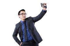 Hispanischer Wirtschaftler, der Selbstphoto macht Lizenzfreie Stockfotografie