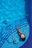 Hispanisches Brunette-Modell At The Pool Lizenzfreie Stockfotografie