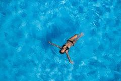 Hispanisches Brunette-Modell At The Pool Stockbilder