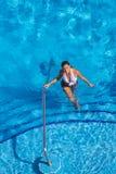 Hispanisches Brunette-Modell At The Pool Lizenzfreies Stockfoto