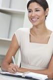 Hispanisches Frauen-Geschäftsfrau-Schreiben im Büro Stockfoto