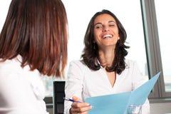Hispanisches Geschäftsfraulächeln Lizenzfreies Stockbild