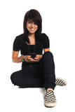 Hispanisches jugendlich unter Verwendung des Mobiltelefons Stockfoto