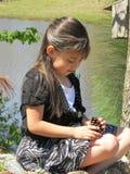 Hispanisches Mädchen, das Natur entdeckt Lizenzfreie Stockfotografie