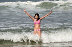 Hispanisches Mädchen, das Spaß auf dem Strand hat Lizenzfreie Stockfotos