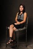 Hispanisches Mädchensitzen Stockfoto