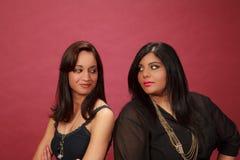 Hispanisches und indisches smirking Mädchen Lizenzfreie Stockfotos