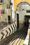 Hiss da Bica i Lissabon, Portugal fotografering för bildbyråer