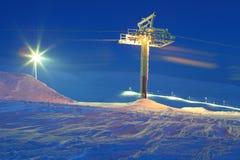 Hiss för alpin skidåkning semesterort Vila i berg i vintern Arkivbild