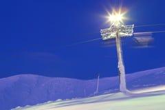 Hiss för alpin skidåkning semesterort Vila i berg i vintern Royaltyfri Fotografi
