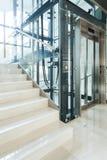 Hiss i affärskontoret Arkivbild