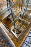 Hiss i det spiral röret och en ramp i fyrkanten abstrakt interior Arkivfoto
