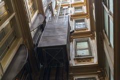 Hiss i en klassisk byggnad Royaltyfri Fotografi