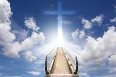 hiss mot molnig himmel med korset Royaltyfri Bild