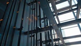 Hissar i modern kontorsaffärsbyggnad i exponeringsglaselevatoraxel i skyskrapa lager videofilmer