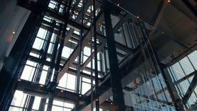 Hissar i modern kontorsaffärsbyggnad som upp och ner går i skyskrapa arkivfilmer