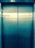 Hissdörrar Lyft dörrar Arkivbild