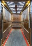 Hissen fodrade inom med kryssfaner för att förhindra skrapor Arkivfoton